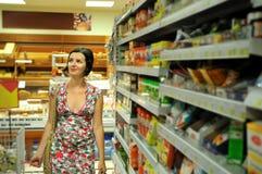 Einkaufen der jungen Frau im Markt Lizenzfreie Stockbilder