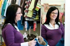 Einkaufen der schwangeren Frau Lizenzfreies Stockfoto