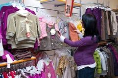 Einkaufen der schwangeren Frau Stockfotos