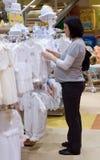 Einkaufen der schwangeren Frau Stockfoto