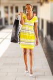 Einkaufen der schwarzen Frau Lizenzfreie Stockfotos