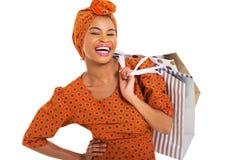 Einkaufen der schwarzen Frau stockbild