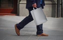 Einkaufen des älteren Mannes Stockfotografie