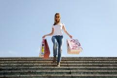Einkaufen des jungen Mädchens stockfotos