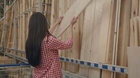 Einkaufen des jungen Mädchens im Baumarkt stock video