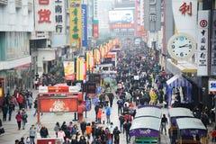 Einkaufen des neuen Jahres 2011 in Chengdu Stockbild