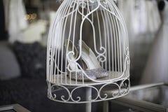 Einkaufen für Heiratsschuhe in einem Käfig stockfotografie
