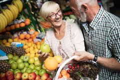 Einkaufen, Lebensmittel, Verkauf, Verbraucherschutzbewegung und Leutekonzept - gl?ckliches ?lteres Paar, das neues Lebensmittel k stockfoto