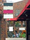 Einkaufen-Piazza mit unbelegten Zeichen Lizenzfreies Stockfoto