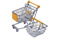 Einkaufen-streel Laufkatze und Korb mit gelbem Kennzeichen für supermar stockbilder