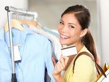 Einkaufenfrau, die Kreditkarte zeigt Stockfotos