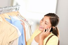 Einkaufenfrau, die am Telefon spricht Lizenzfreie Stockfotos