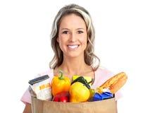 Einkaufenfrau mit einem Beutel der Nahrung Stockfotos
