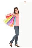 Einkaufenfrau mit Zeichen Stockfotos