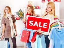 Einkaufenfrauen an den Weihnachtsverkäufen. Lizenzfreie Stockfotos