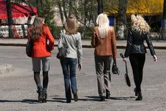 Einkaufenfrauen, die auf die Straße gehen lizenzfreie stockfotos