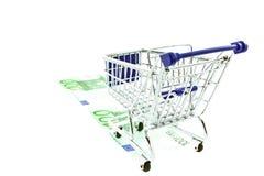 Einkaufenlaufkatze auf 100 Euroanmerkungen getrennt Stockfotos