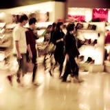 Einkaufenleutemasse-Auszugshintergrund Stockfotos