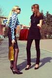 Einkaufenmädchen, die auf der Straße sprechen Stockfoto