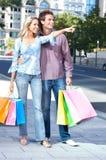 Einkaufenpaare lizenzfreie stockfotos