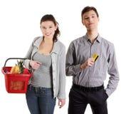 Einkaufenpaare mit Lebensmittelgeschäftfeldern Stockbilder