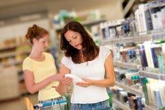 Einkaufenserie - Frau in einem Supermarkt Stockbild