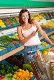 Einkaufenserie - junge Frau mit Handy Stockfotografie