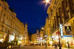 Einkaufenstraße graben in der Nacht Lizenzfreie Stockbilder