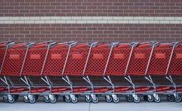 Einkaufenwagen in einer Reihe Stockbilder
