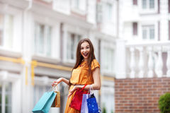 Einkaufs- und Tourismuskonzept - Schönheit mit Einkaufstaschen in ctiy stockbilder