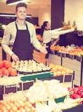 Einkaufsassistent, der Zusammenstellung demonstriert Lizenzfreie Stockbilder