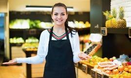 Einkaufsassistent, der Zusammenstellung des Lebensmittelgeschäfts demonstriert Stockbilder