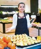 Einkaufsassistent, der Zusammenstellung des Lebensmittelgeschäfts demonstriert Lizenzfreies Stockfoto