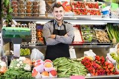 Einkaufsassistent, der Zusammenstellung des Lebensmittelgeschäfts demonstriert Lizenzfreie Stockbilder