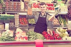 Einkaufsassistent, der Zusammenstellung des Lebensmittelgeschäfts demonstriert Stockfoto
