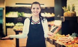 Einkaufsassistent, der Zusammenstellung des Lebensmittelgeschäfts demonstriert Stockfotos