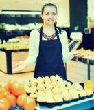 Einkaufsassistent, der Zusammenstellung des Lebensmittelgeschäfts demonstriert Stockbild