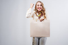 Einkaufsfrau, die Einkaufstaschen und Freude hält Lizenzfreie Stockfotografie