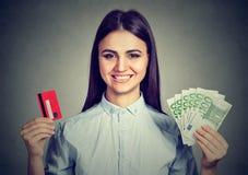 Einkaufsfrau, die Kreditkarte- und Bargeldeurobanknotenrechnungen hält Lizenzfreie Stockfotografie