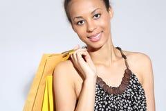 Einkaufsfrau mit Tasche Glückliche Frau - ein erfolgreiches Einkaufen Stockfotos