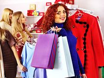 Einkaufsfrauen an den Weihnachtsgeschäften. Stockfoto