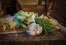 Einkaufsgemüse und andere Bestandteile für das Kochen vom traditionellen Markt Foto eingelassenes Jakarta Indonesien Stockbilder