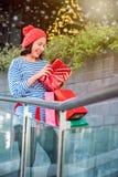 Einkaufsgeschenk und -geschenk am 26. Dezember für Weihnachten und neues YE Lizenzfreie Stockfotos