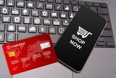 Einkaufsikonen auf Tasten mit Smartphone und Kreditkarte Stockbild
