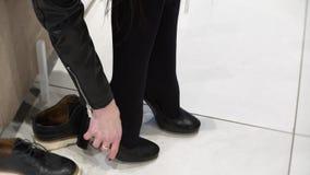 Einkaufskonzept - junge Frau, die auf hohen Absätzen im Schuhgeschäft versucht Sexy Beinnahaufnahme 4K Film- stock footage