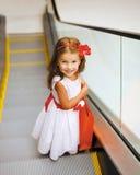 Einkaufskonzept, kleines Mädchen im Mall Lizenzfreies Stockfoto