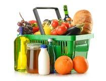 Einkaufskorb mit dem Lebensmittelgeschäft getrennt auf Weiß Stockbild