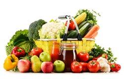 Einkaufskorb mit Lebensmittelgeschäften auf Weiß Lizenzfreie Stockfotos