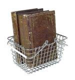 Einkaufskorb mit Weinlese-Büchern Stockfoto