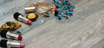 Einkaufslaufkatze mit kosmetischen Produkten über Hintergrund lizenzfreie stockfotos